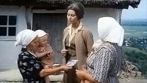 Кадр из фильма. Джованна (Софи Лорен) показывает украинским крестьянкам фото своего любимого.