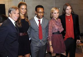 За кулисами показа (слева направо): дизайнер Томми Хилфигер, модель Бар Рафаэли, певец Джон Легенд, звезда «Трои» актриса Диана Крюгер и актер Майкл Питт («Мечтатели»).