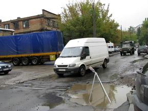 На улице Викентия Хвойки поставили знак, предупреждающий об опасной луже.