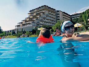 Лучше мокнуть в теплом бассейне, чем под холодным дождем!