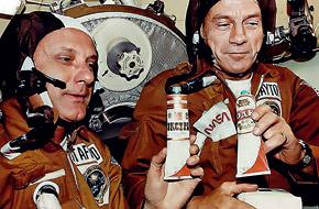 Космонавты давно привыкли к синтетической пище. На стыковке «Союза» и «Аполлона» чокались тюбиками с борщом, на которых были этикетки «Водка»!