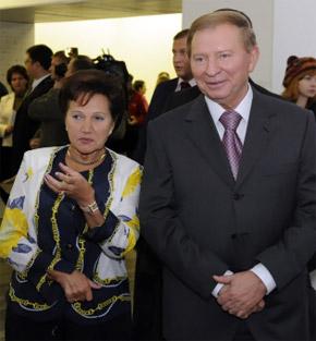 Леонид Кучма с супругой тоже пришел на выставку.