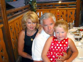 Любимые женщины Анатолия Кинаха - жена Марина и дочь Софийка.