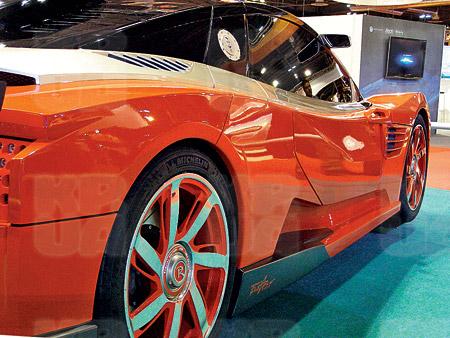 Концепт спортивного автомобиля в духе «Ламборгини» - «Лада Революшн» собрал большую толпу зевак и автолюбителей.