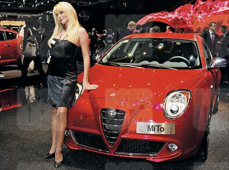 Сногсшибательная «итальянка» Alfa Romeo MiTo и обаятельная француженка - ну просто глаз не оторвать.