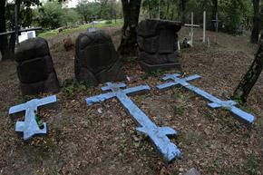 На Щекавицком кладбище много могил XIX века.