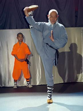 Даже в возрасте монахи сохраняют спортивную форму