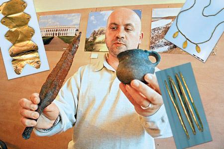 Археолог Михаил Потупчик показывает другие находки из Гордеевского могильника. Золотую обивку чаши, браслет, и ожерелье делал один мастер.