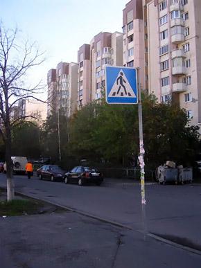 В этом переулке преступник бросил машину.