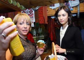 Первая леди презентовала гостье свечи и мед.