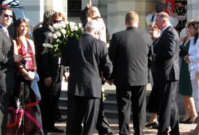 Гости усыпали Настю белыми розами.