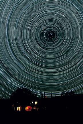 Ось Земли совпадает с направлением на Полярную звезду. Если направить на нее объектив, то вращение других звезд сольется в окружности.