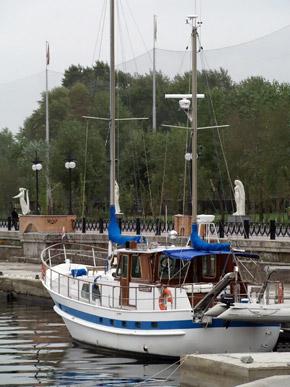 Красивая яхта - привычное зрелище для обитателей Оболони.