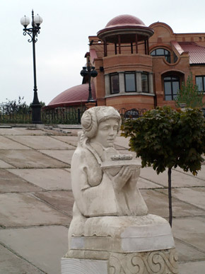 Близ Днепра красуются скульптуры лирических героев.