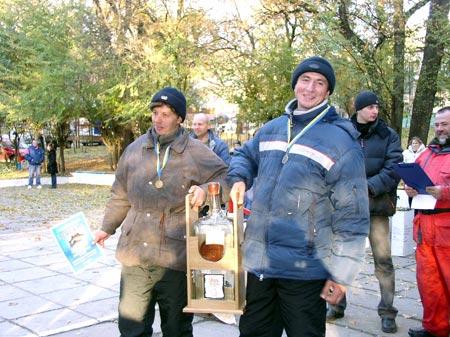 - Одним из призов победителям-«кумовьям» была... огромная бутыль водки!