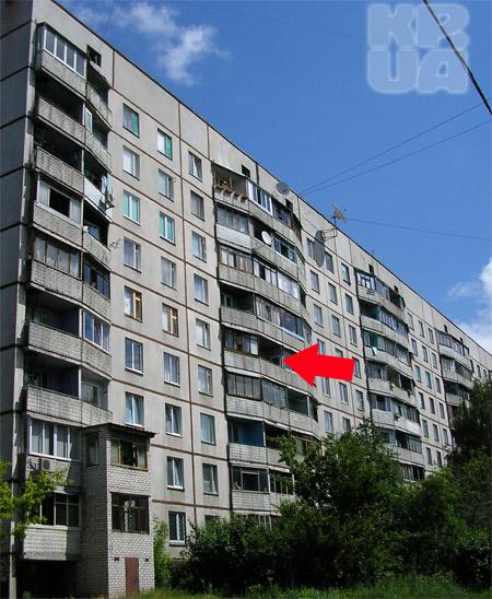 Вот с этого балкона малыш рухнул на землю.