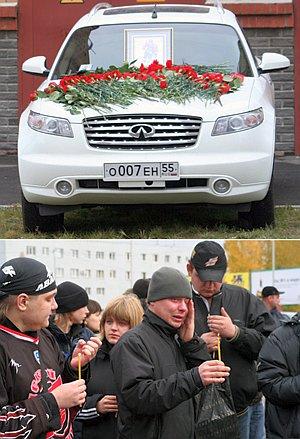 Гроб с телом кумира в аэропорту Омска заплаканные фанаты встречали со свечами в руках (на фото внизу). Капот машины Алексея засыпали цветами.