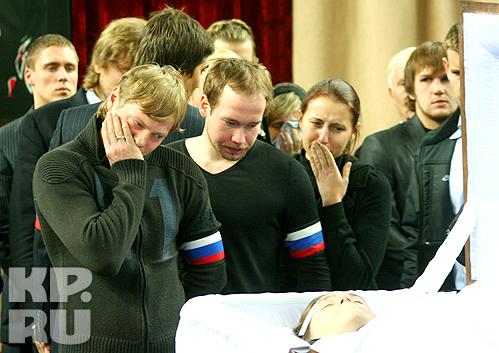 Антон Курьянов (слева) не может поверить в смерть лучшего друга. Фото: Олег КУРДЯЕВ.