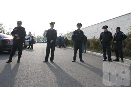 Вокруг места происшествия милиция установила плотное оцепление.