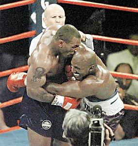 Незабываемая сцена: 11 июня 1997 года Тайсон (слева) откусил ухо Холифилду. С тех пор Майк сидит на диете