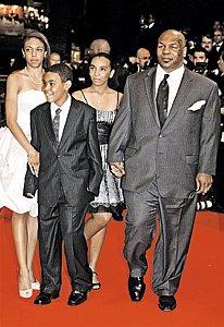 На кинофестивале в Каннах Майк-боксер появился в цивильном костюме, с женой и детьми. Прям маскарад какой-то... Но его все равно узнали!