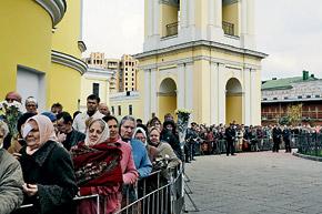 Каждый день к пророчице приходят около шести тысяч человек.