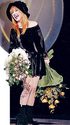 Алла Пугачева в маленьком черном платье от Юдашкина, 1997 год.