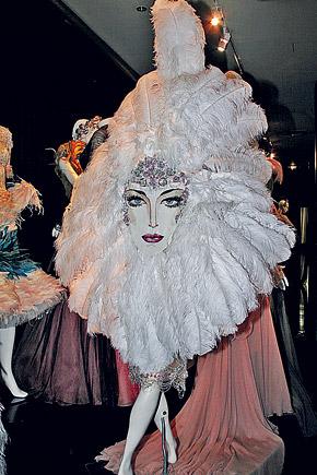 Вот такое лицо у французского кабаре. Платье от-кутюр. Вид сзади. Коллекция 2006 г.
