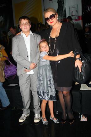 Невестка Софии Ротару Светлана пришла на показ с детьми.