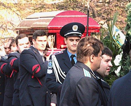 Покойного Владимира Шубу несли в закрытом гробу.