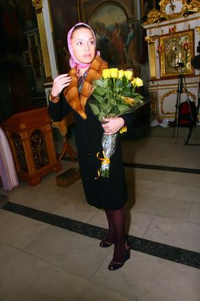 Лиля Подкопаева явилась на торжество с букетом желтых роз.