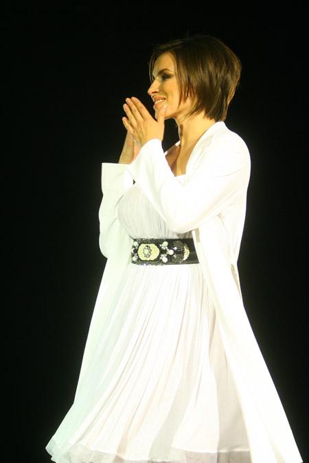 Певица Надя Грановская поработала дивой на показе у Виктории Гресь.