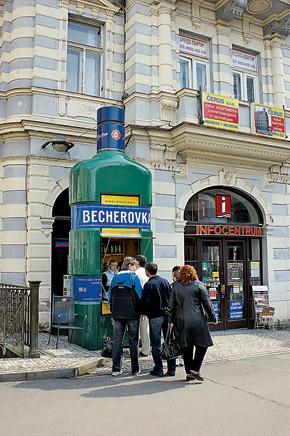 Настойку «Бехеровку», или «тринадцатый источник Карлсбада», изобрели давно, в начале XIX века. Но очереди за этим чудодейственным напитком выстраиваются до сих пор.