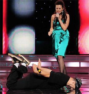 Потап спел очередной хит, лежа на сцене у ног Каменских.