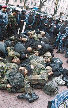 После побоища 22 милиционера попали в больницу и более 100 человек были задержаны