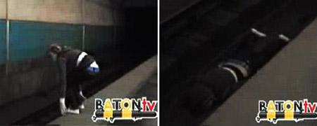 Вот девица придумала отчаянный трюк. Она прыгает с платформы на станции метро... а потом ложится между рельсами. Через несколько секунд над ней пронесется поезд.