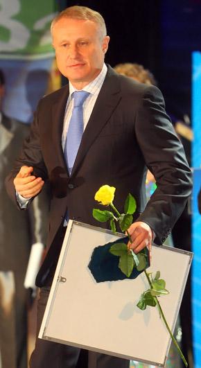 Хозяин будущего Евро-2012 презентовал ключи от автомобиля биатлонистке Елене Петровой.