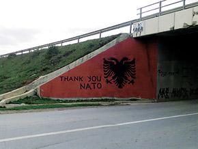 «Спасибо, НАТО!». Такие надписи можно встретить по всему Косово.