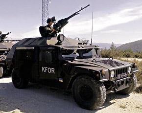 Украинский патруль KFOR во время боевого задания.