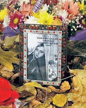 На месте гибели Анны одноклассники создали мемориал из цветов и ее портретов.