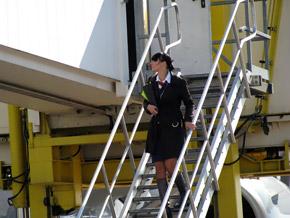Стюардесса уже готова к вылету.