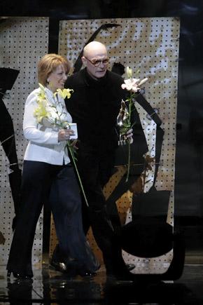 Екатерина Ющенко вручила приз «За вклад в развитие отечественного искусства» Сергею Якутовичу.
