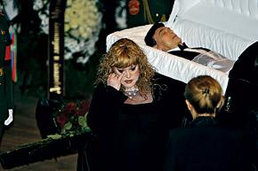 Алла Пугачева не могла сдержать слез у гроба своего кумира.