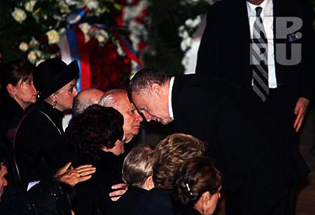 Владимир Жириновский приносит свои соболезнования вдове Муслима Магомаева Тамаре Синявской. Фото: Владимира ВЕЛЕНГУРИНА