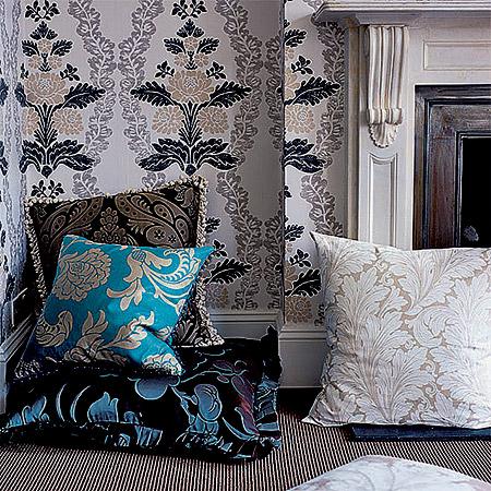 В небольшой комнате убранство для дивана лучше подбирать под цвет стен и пола - иначе диван будет выглядеть слишком громоздко.
