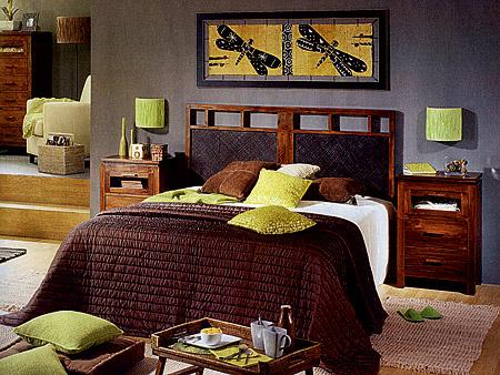 Теплые, сочные, но в то же время не бьющие по глазам цвета тканей (фото вверху) - идеальный вариант для спальни. А развеселить интерьер можно более яркими подушками. Все оттенки голубого, синего, фиолетового - модная цветовая гамма.
