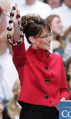 Сара Пэйлин трогательно завлекает избирателей бусами, как индейцев.