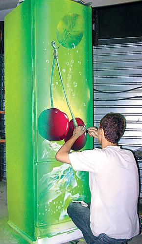 Мастер может разукрасить не только машины, но и мотоциклы, ноутбуки, телефоны и даже холодильники.