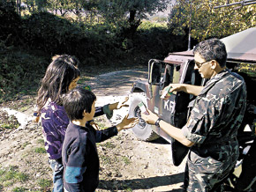 Как и в Ираке, в Косово каждый патруль берет с собой несколько ящиков презентов - в основном соков и напитков - специально для раздачи местным детишкам.
