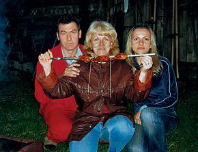 Лена (справа) с родителями на даче незадолго до трагических событий.